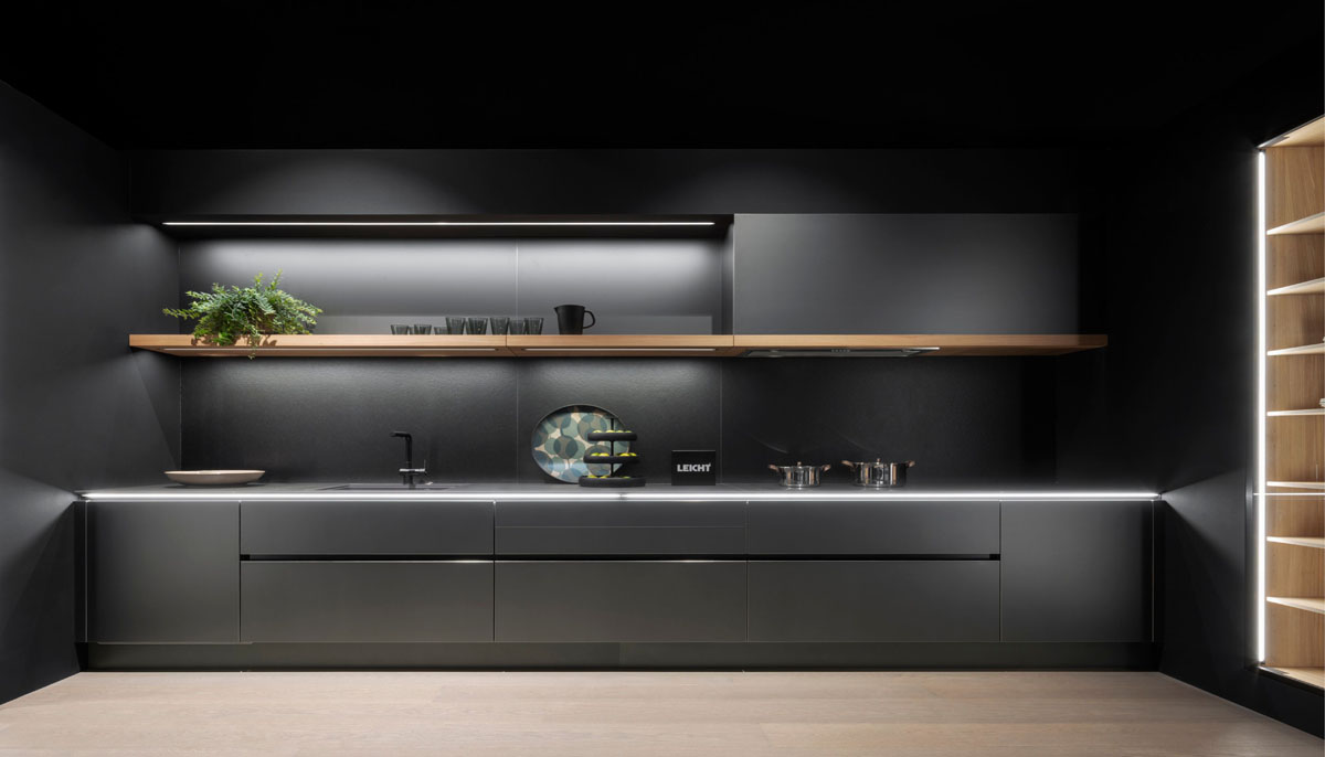 Открытые верхние полки на кухне